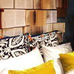 kitapların süslediği yatak arkası dekorasyonu