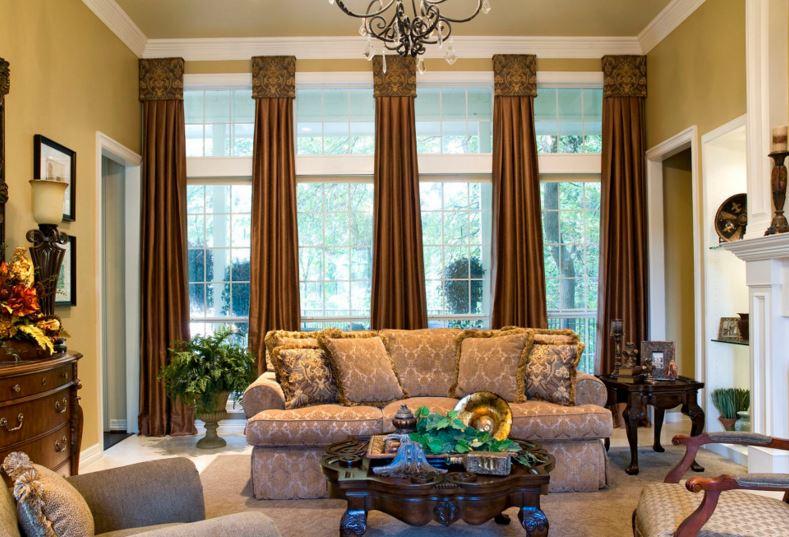 parlak kahve rengi perdeler ile oturma odası dekrasyonu