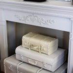 vintage bavulları şömine dekorasyonu için kullanın