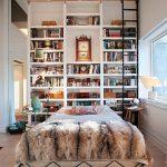 yuksek kitaplıklar ile yatak odası dekorasyon fikirleri