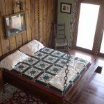 ahşap vurgular ile rustik bir tarz ahşap asma yatak