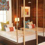 kalın halatlar ile tavana asmalı yatak dekorasyonu