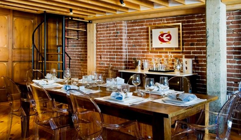 tuğla duvar ve ahşap temalı yemek odası