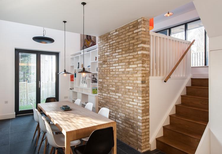 tuğla duvarlı küçük yemek odası dekorasyonu