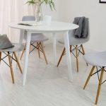 beyaz ahşap ayaklı eames sandalyeler