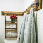 banyoda eski merdivenden dekoratif raf