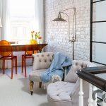 beyaz tuğla duvarlar ile samimi küçük home ofis