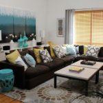 kahve köşe koltuk ile renkli salon dekorasyonu