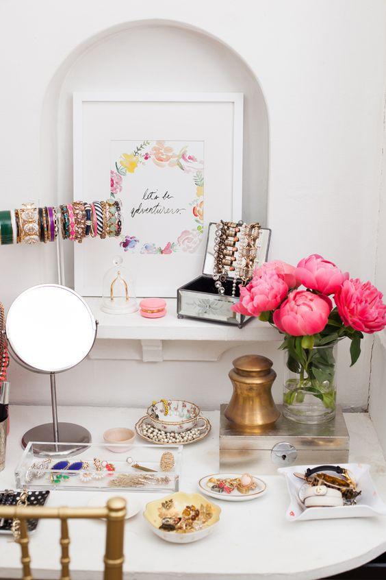 makyaj masasına çiçekler ile renk katın