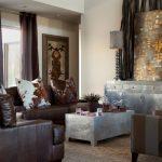 modern kahve koltuklar ile salon dekorasyonu