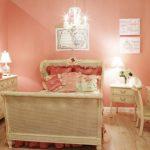 yatak odasında toz pembe renkler