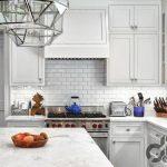 klasik mutfak dekorasyonu için beyaz metro fayanslar