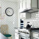 koyu derz ile beyaz metro fayans mutfak dekorasyonu