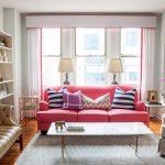 pembe kanepe ile dekoratif çizgili yastıklar