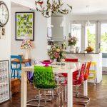 renkli modern sandalyeler ile evde bahar havası