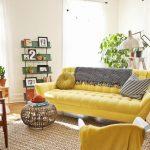 sarı kanepe ile farklı dukuların uyumu