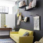 sarı kanepe ile gri detaylı salon dekorasyonu