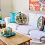 turkuaz yastıklar ile ferah oturma odası