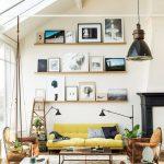 yüksek tavanlı salonda sarı koltuk ve çekici duvar dekorasyonu