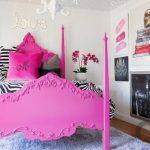 dekoratif görünümlü ahşap pembe yatak