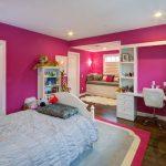 pembe duvarlar ile çekici genç kız odası