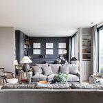 gri kanepeler ile sakin bir salon