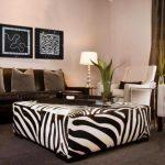 oturma odasında zebra desenli puf sehpa
