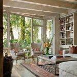 salonda dekoratif çiçekler ile ferah bir hava