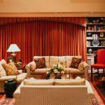 sıcak ve samimi kırmızı salon dekorasyonu