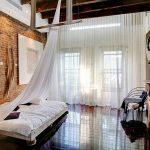 tuğla duvarlı yatak odası
