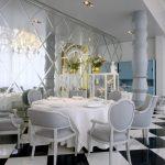 ayna kaplı gösterişli yemek odası duvarları