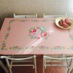 masa üzerine uygulanan çiçekli folyo