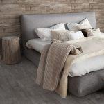 yatak odasında ahşap görünümlü seramik dekorasyonu