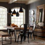 yemek odasında modern metal sandalyeler
