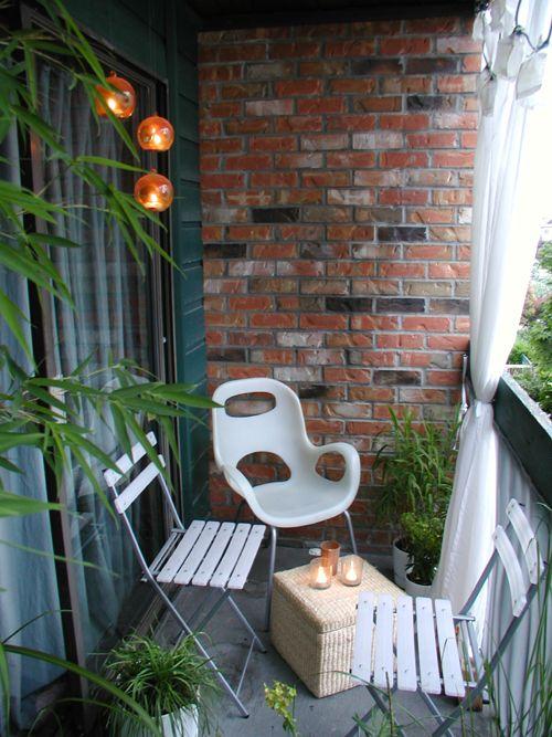 Katlanır sandalyeler dar balkonlar için daha rahat hareket edebilme imkanını artırır.