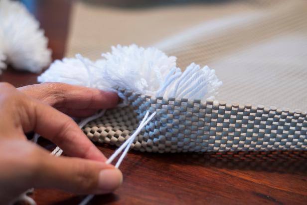 Halı Kaydırmazı ile Paspas Yapımı - Ponponların halı kaydırmazına sabitlenmesi