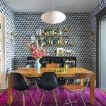 Fuşya zemin üzerine kurulmuş farklı sandalye konseptinde modern bir yemek odası takımı