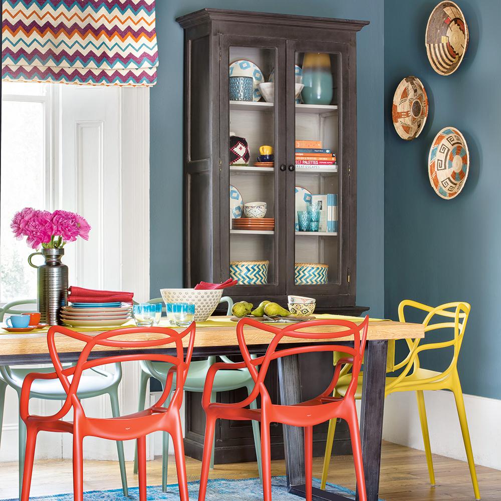 Renkli bir yemek odası ve sandalyeleri
