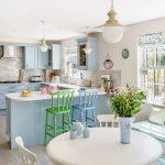 Mutfak Dekorasyonu Renkli Sandalyeler