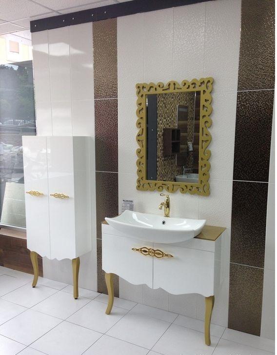 beyaz altın sarısı banyo dekorasyonu